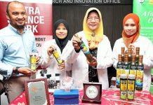A professora Suhaila Mohamed e a sua equipa com o óleo alimentar AFDHAIL