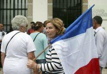 Manifestação dos lesados do papel comercial do BES em frente à agência do Novo Banco no Largo do Toural, em Guimarães