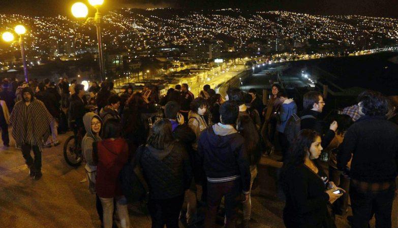 Pessoas deslocadas para as zonas altas do Chile depois de um sismo de magnitude 8.3 na escala de Richter