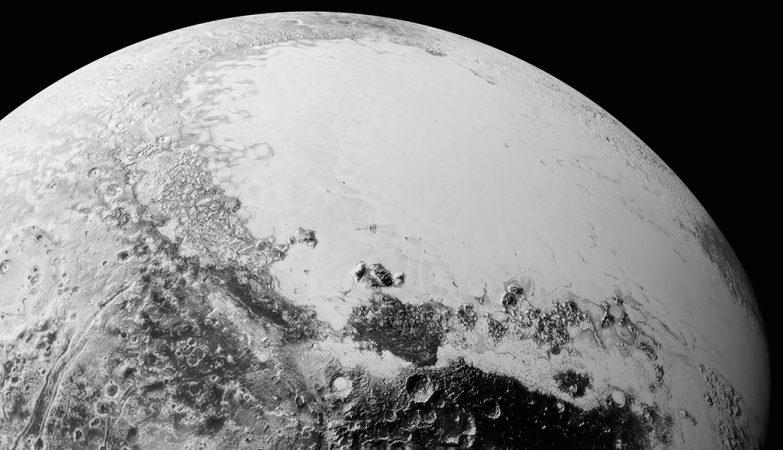 Imagens de alta-resolução enviadas pela sonda New Horizons, mostram o que veríamos a aproximadamente 1800 km da área equatorial de Plutão, na direção nordeste da região escura e craterada chamada Cthulhu Regio e da extensão de planícies geladas, brilhantes e lisas informalmente denominada Sputnik Planum.