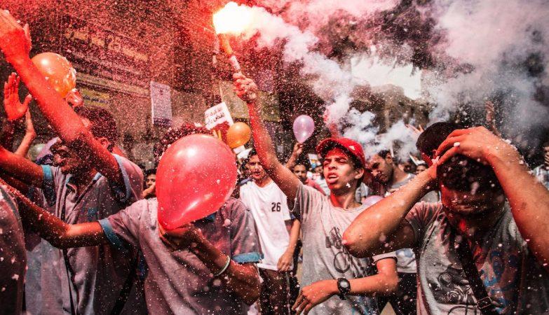 Jovens em manifestação de protesto em Gizé contra o governo do Egipto