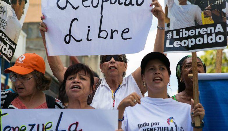 Apoiantes do líder da oposição ao governo da Venezuela, Leopoldo Lopez, em manifestação à porta do Palácio da Justiça