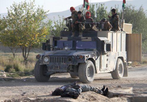 Soldados do exército afegão depois do ataque à prisão de Ghazni por militantes talibãs