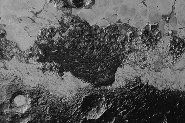Esta imagem cobre 350 km da superfície de Plutão e ilustra a incrível diversidade de refletividades superficiais e terrenos geológicos do planeta anão. A imagem inclui terreno antigo, escuro e altamente craterado; terreno jovem, brilhante e liso; montanhas; e um campo enigmático de cristas alinhadas e escuras que se parecem com dunas; a sua origem ainda está em debate.