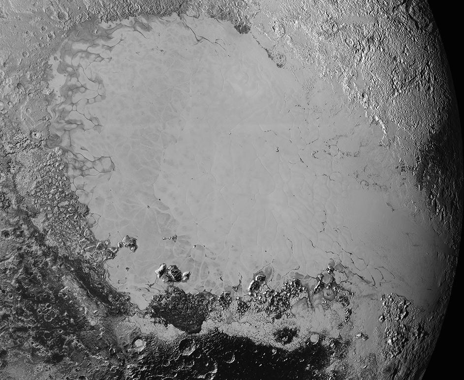 Mosaico de imagens de alta-resolução de Plutão, enviadas pela sonda New Horizons entre os dias 5 e 7 de setembro. A imagem é dominada pela planície gelada Sputnik Planum, a região lisa e brilhante no centro. A imagem também mostra uma tremenda variedade de outras paisagens em redor de Sputnik.