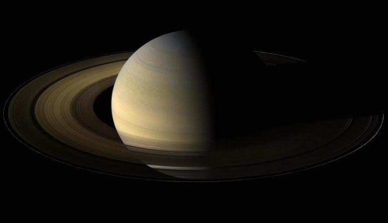 O planeta Saturno, visto pela sonda Cassini durante o equinócio. Dados sobre o modo como os anéis arrefeceram durante esta altura fornecem informações sobre a natureza das partículas dos anéis.