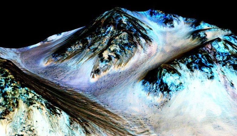 As marcas escuras e estreitas, de cerca de 100 m de comprimento por 5 m largura, foram registadas pela sonda MRO em Marte. Os cientistas da NASA acreditam que os leitos provam que existe água líquida e corrente no planeta