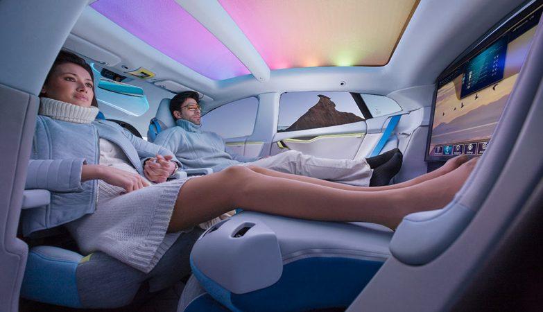 Conceito artístico de um sistema de entretenimento Harman montado num XchangE - um Tesla Model S autónomo modificado pela Rinspeed