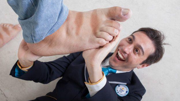 O pé direito de Rodríguez mede 41,1 centímetros; o esquerdo tem 36,06 centímetros