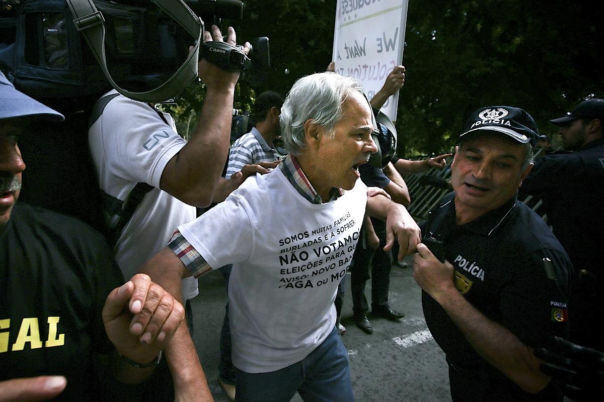 Lesados do BES em confrontos com a polícia num protesto em frente à sede do Novo Banco