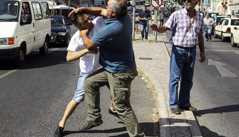 Taxistas lutam entre si em dia de greve contra o Uber