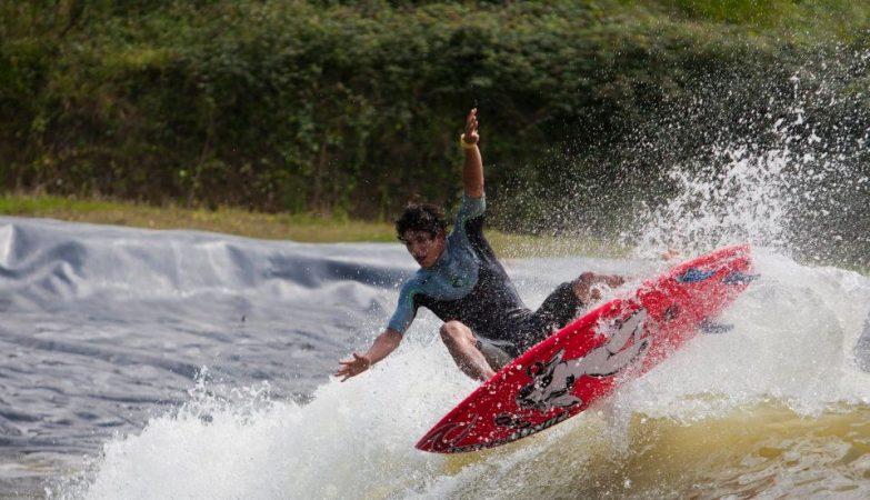 "O surfista Gabriel Medina num ""wavegarden"""