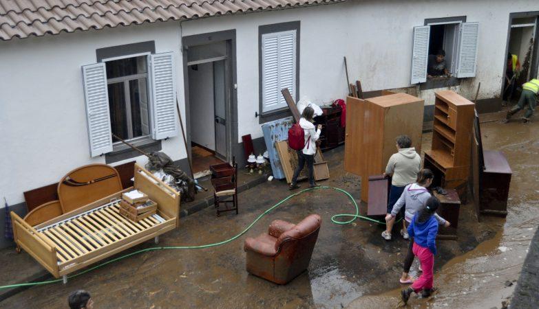 População retira mobiliário e outros haveres do interior das suas casas no Lugar da pedreira, Concelho do Nordeste, São Miguel, devido ao mau tempo que está afetar os grupos central e oriental dos Açores
