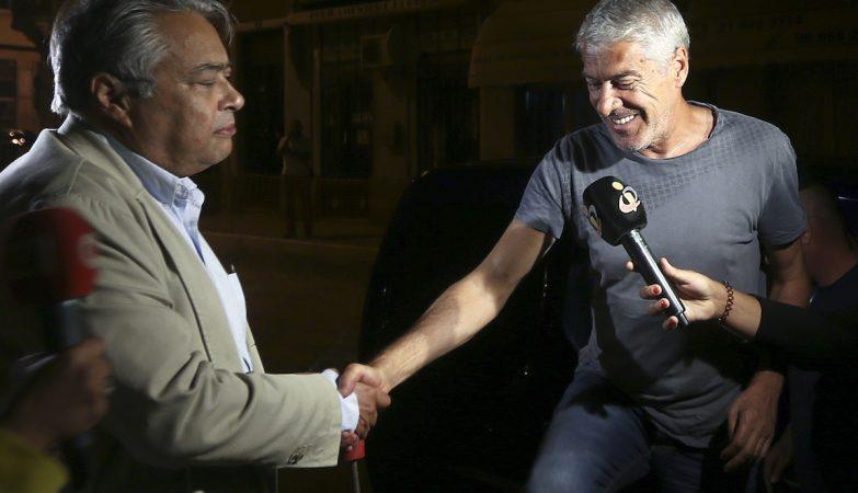 O ex-primeiro-ministro, José Sócrates (D), cumprimenta o seu advogado, João Araújo, à chegada à casa