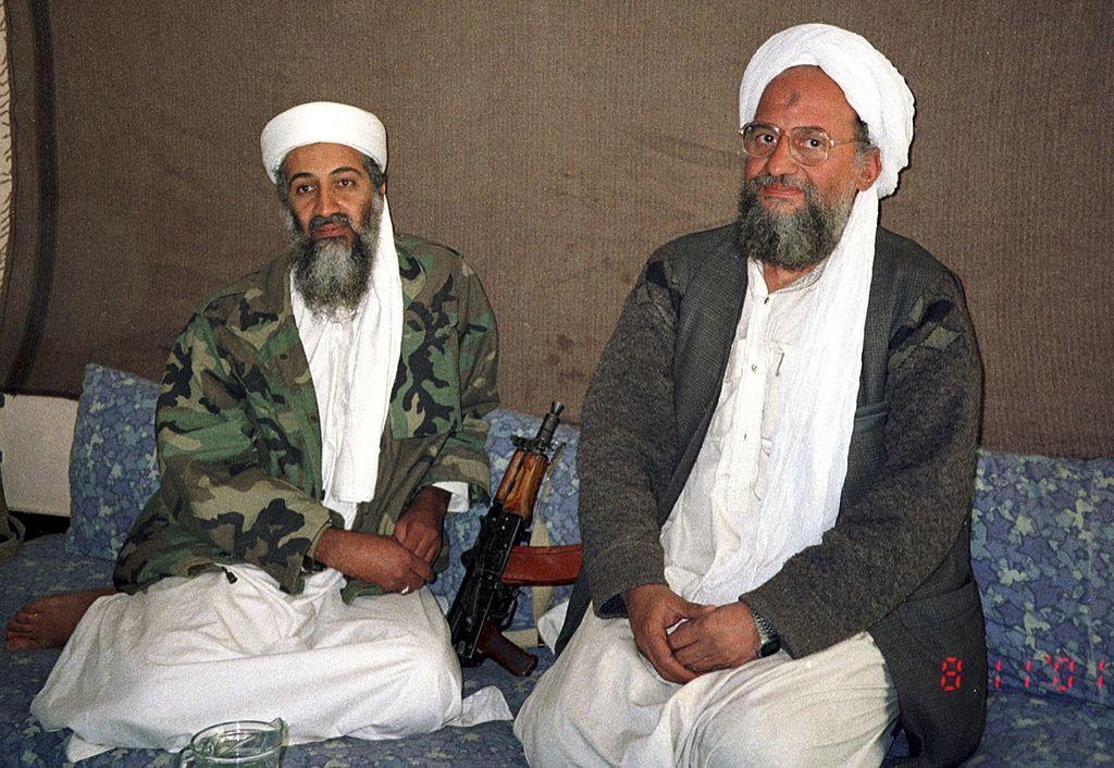 Ayman al-Zawahiri, atual líder da Al-Qaeda, com Osama Bin Laden