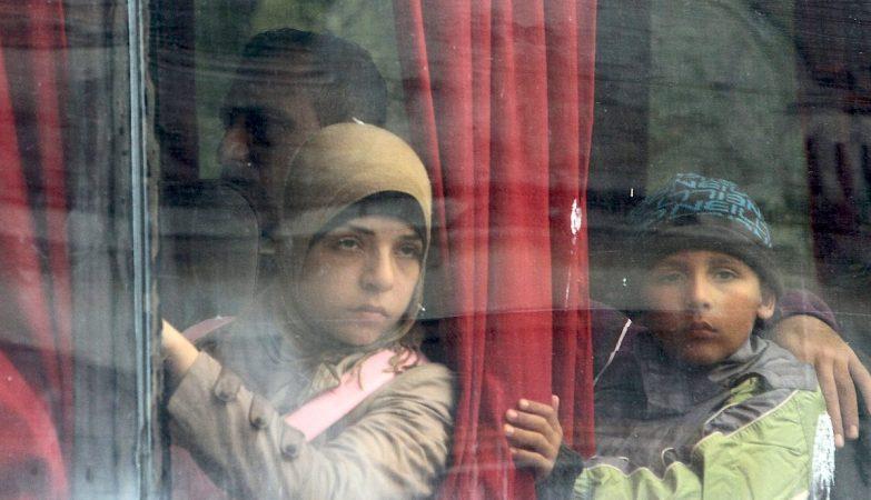 Crianças sírias refugiadas num comboio em Presevo, na Sérvia