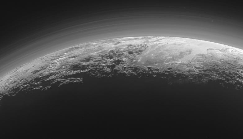 Apenas 15 minutos depois da sua maior aproximação de passado dia 14 de julho de 2015, a sonda New Horizons olhou para trás em direção ao Sol e capturou esta imagem do aproximar do pôr-do-Sol perto de montanhas e planícíes geladas que se estendem para lá do horizonte de Plutão.