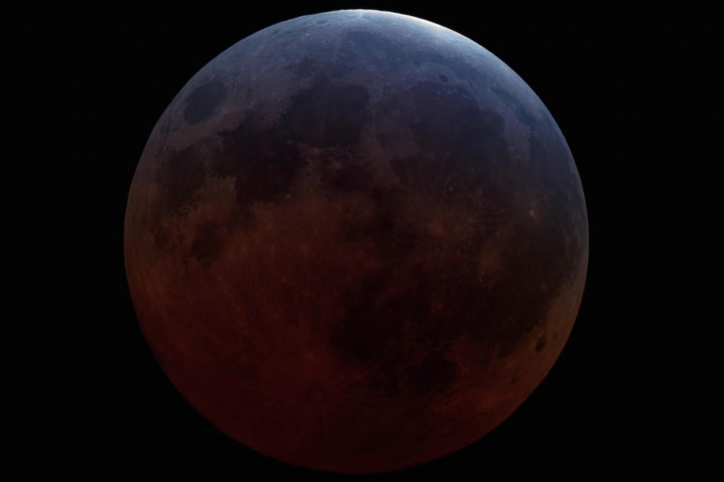 Fotografia do eclipse lunar de passado dia 4 de abril de 2015, curiosamente, o eclipse lunar total mais curto do século.
