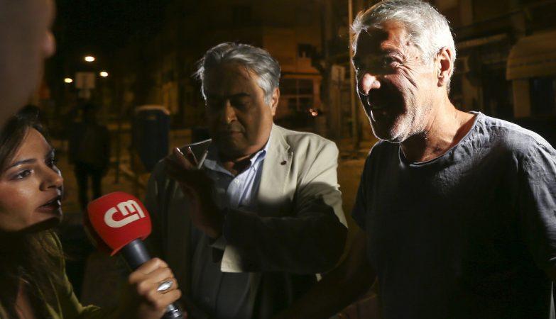 O ex-primeiro-ministro, José Sócrates (D), acompanhado do seu advogado, João Araújo, à chegada à casa onde ficará em prisão domiciliária