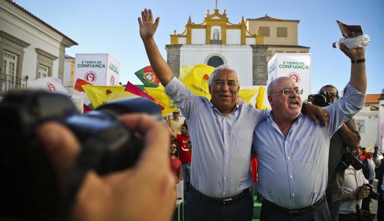 O secretário-geral do PS, António Costa, acompanhado por Capoulas Santos, participa num comício em Évora, no âmbito da pré-campanha eleitoral