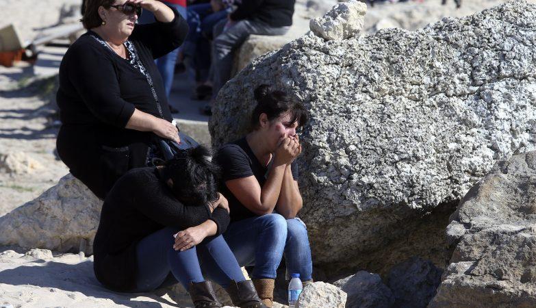 Familiares dos pescadores desaparecidos durante o naufrágio de um arrastão à entrada do porto da Figueira da Foz