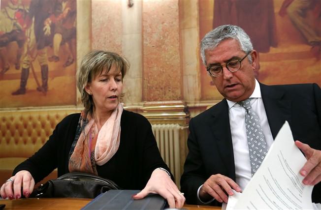 A ministra das Finanças, Maria Luís Albuquerque, com o novo ministro da Justiça, Fernando Negrão