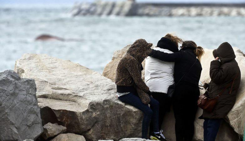 Familiares das vítimas observam o arrastão Olivia Ribau, que naufragou à entrada do porto da Figueira da Foz