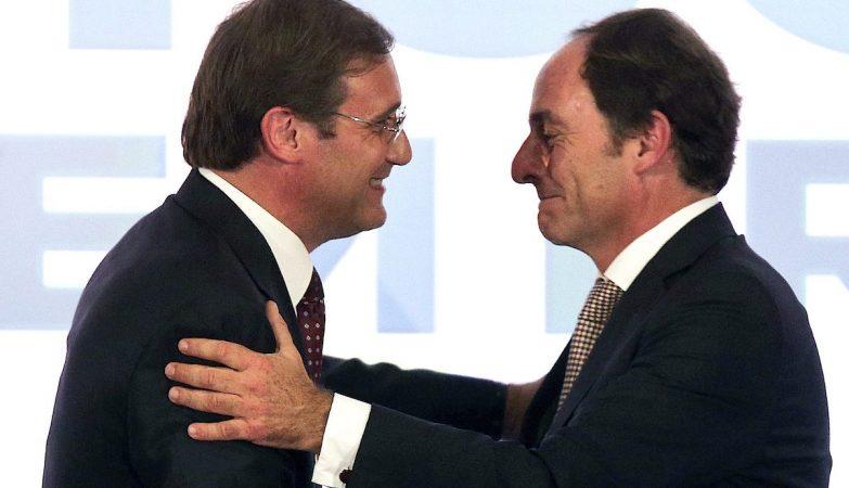 """O presidente do Partido Social Democrata (PSD), Pedro Passos Coelho, e o presidente do CDS, Paulo Portas, da """"Coligação Portugal à Frente"""" (PàF) cumprimentam-se após reagir aos resultados das Eleições"""