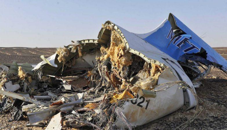 Destroços do avião da MetroJet que caiu no Egipto com 214 pessoas a bordo