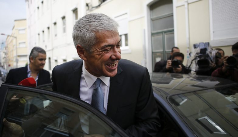 O ex-primeiro-ministro José Sócrates, abandona a sua casa para exercer o seu direito de voto