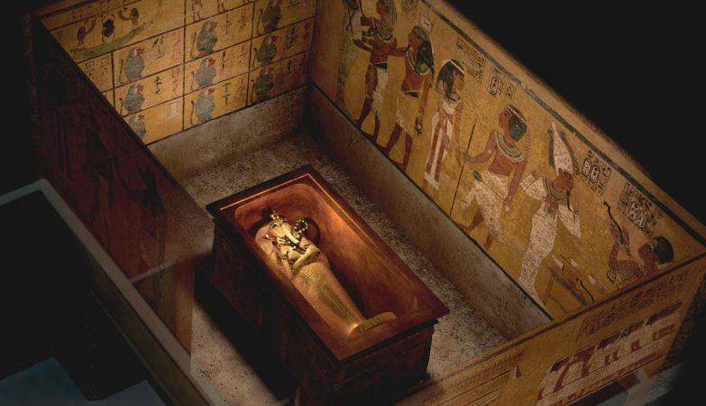 Uma vista elevada da sepultura de Tutankhamon mostra duas paredes que podem esconder portas para outras câmaras