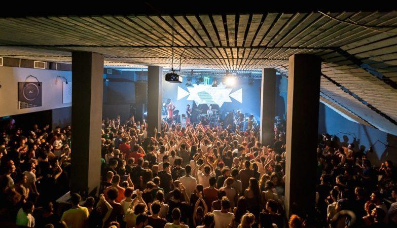 No momento do incêndio no Club Colectiv, no centro da capital romena, havia pelo menos 500 pessoas no interior da discoteca.