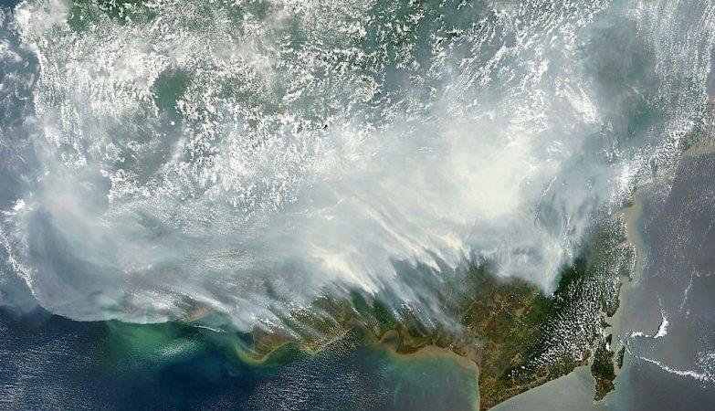 Imagem de satélite da NASA mostra o efeito de cerca de 100 mil incêndios florestais activos provocados por queimadas na Indonésia