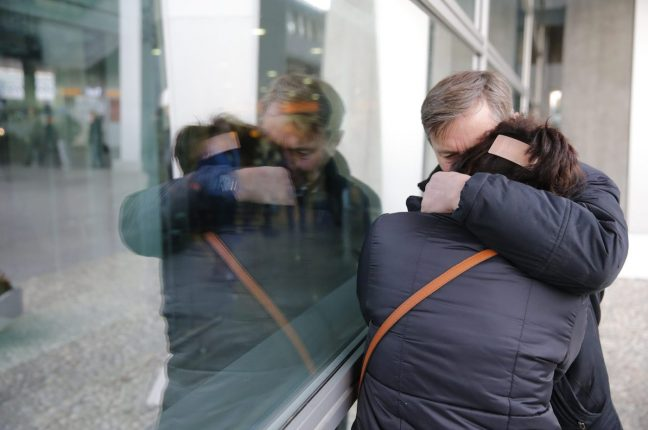 Familiares de passageiros do Airbus A321 da MetroJet, que se despenhou no Egipto, no Aeroporto Pulkovo II de S. Petersburgo, Rússia.