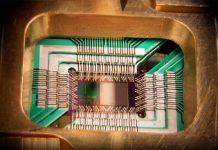 Protótipo de chip com um processador quântico adiabático de 128-qubits desenvolvido pela D-Wave Systems, Inc. em 2009