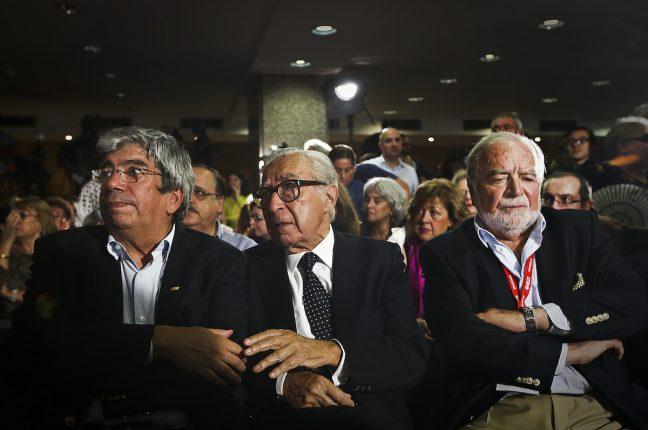 Noite eleitoral do Partido Socialista: Manuel Alegre (D), Ferro Rodrigues (E) e Almeida Santos esperam pela reação do secretário-geral do Partido Socialista (PS),