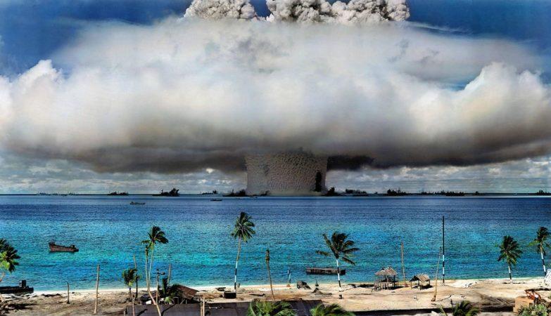 A onda de choque das explosões atómicas no atol de Bikini inspiraram em 1946 o engenheiro francês Louis Réard a chamar bikini à sua invenção, o fato de banho feminino de duas peças que chocou o mundo.