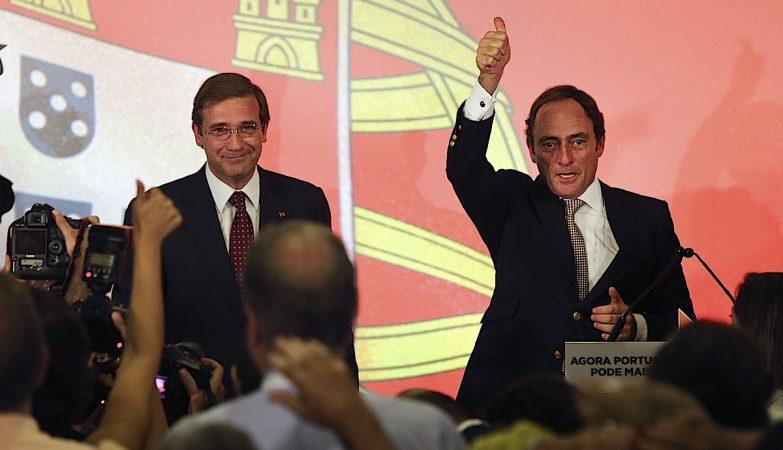 O lider do PSD, Pedro Passos Coelho, acompanhado pelo líder do CDS-PP, Paulo Portas (D), após o discurso da vitória nas eleições legislativas