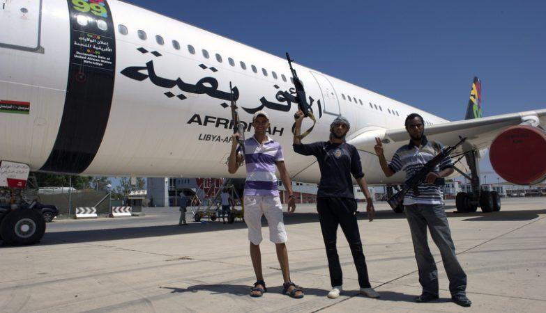 Rebeldes líbios exibem-se em frente ao Airbus A-340 '5A-ONE' de Kadhafi