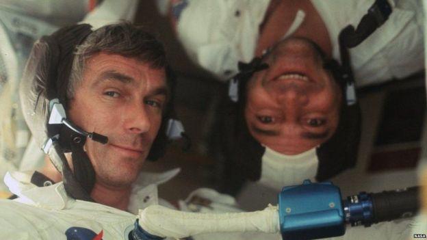 O comandante da Apollo 17 Ronald Evans e o astronauta Gene Cernan a caminho da Lua