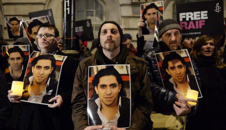 Manifestantes num protesto liderado pela Amnistia Internacional contra a detenção do blogger Raif Badawi