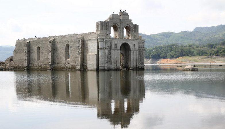 A igreja de Quechula, no México, submergida após a construção de uma barragem, emergiu devido à seca