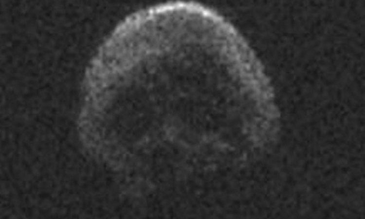 O enorme asteróide 2015 TB145 que passou pela Terra no Halloween tem o tamanho de 4 estádios de futebol e parece uma caveira