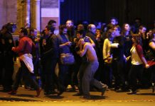 Sobreviventes evacuados do teatro Bataclan