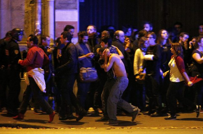 Sobreviventes evacuados do teatro Bataclan.