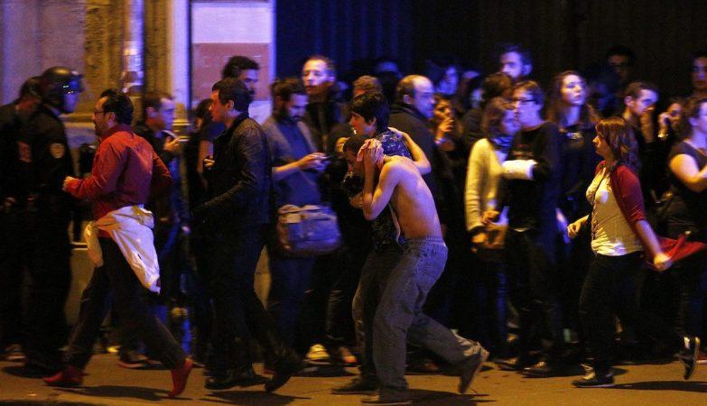 Atentado em Paris: sobreviventes evacuados do teatro Bataclan.