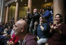 Cidadãos festejam a aprovação do projeto de lei referente à eliminação da impossibilidade legal de adoção por casais do mesmo sexo