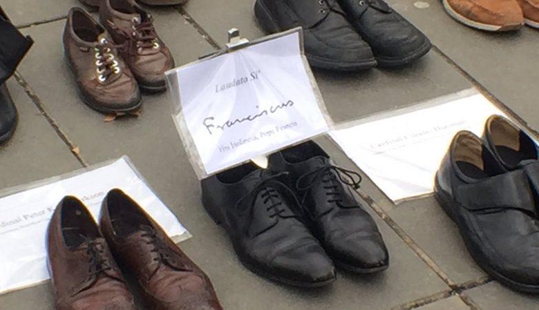 20 mil sapatos invadiram Paris - incluindo estes, do papa Francisco