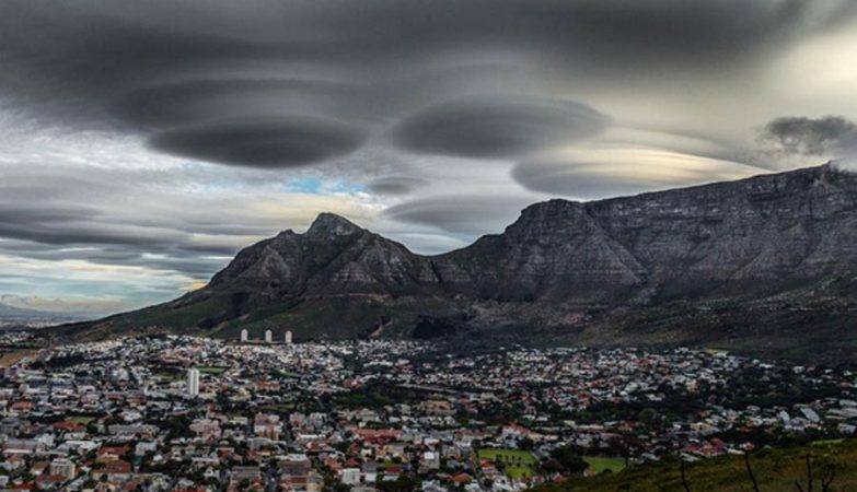 Nuvens lenticulares na Cidade do Cabo, África do Sul.