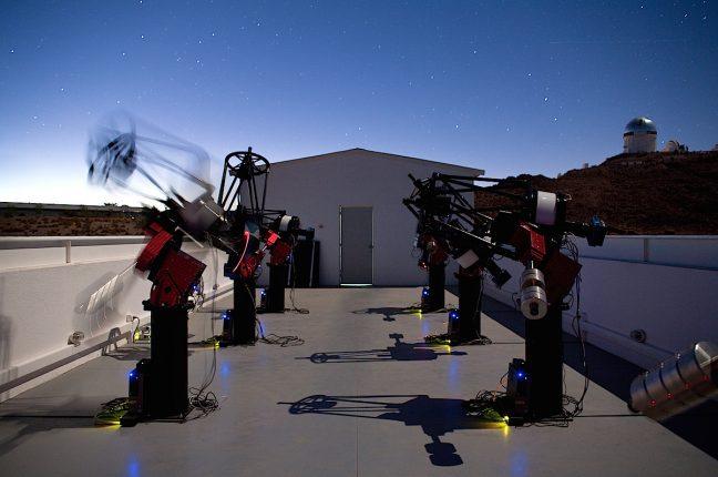 A rede de telescópios MEarth-Sul, localizado em Cerro Tololo no Chile.